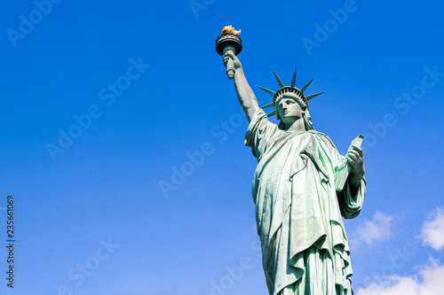 Photo sur Aluminium Commemoratif Freiheitsstatue vor blauem Himmel, New York City, USA