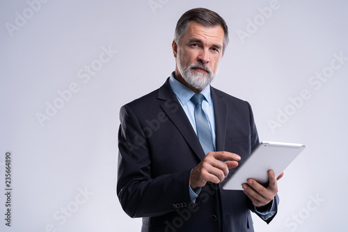 Photo Portrait of aged businessman wearing suit and tie