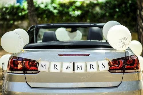 Photo  retro di auto con scritta Mr & Mrs con palloncini