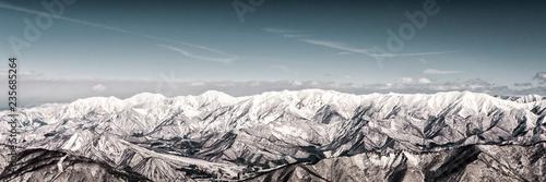 Bergpanorama im Schnee am Tag bei blauen Himmel