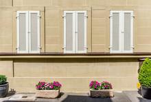 Schöne Restaurierte Fassade Aus Sandstein Mit Weißen Fensterladen Und Blumenschmuck