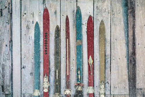 Poster Glisse hiver Vintage wooden weathered ski's in winter during snow