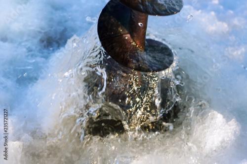 Carta da parati  drilling through the ice ice fishing