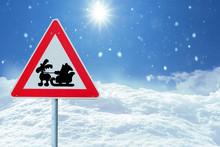 Verkehrsschild Mit Weihnachtsmann In Schneelandschaft