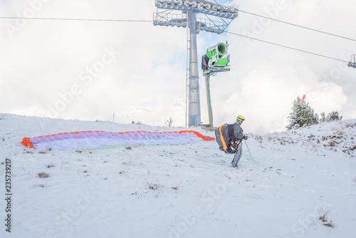 Paraglider/Fallschirmspringer im Winter