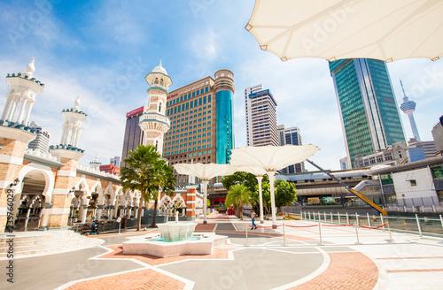 In de dag Aziatische Plekken Masjid Jamek mosque and city skyline Kuala Lumpur