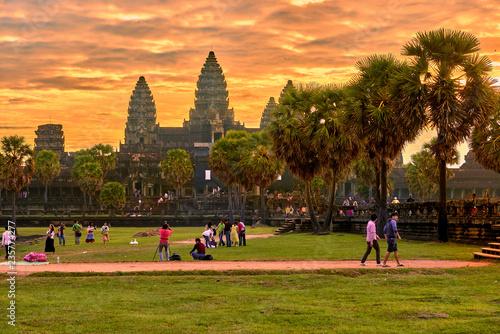 Fototapeta premium SIEM REAP, KAMBODŻA - 13 grudnia 2014: Widok na Angkor Wat o wschodzie słońca, Park Archeologiczny w Siem Reap, Kambodża wpisanego na listę światowego dziedzictwa UNESCO