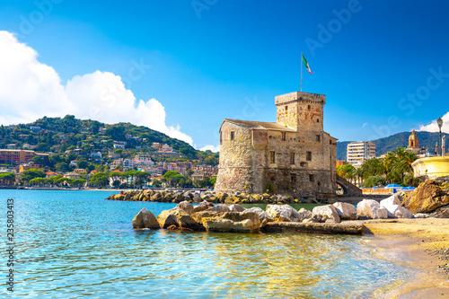 Plakat Antyczny stary kasztel na morzu przy światłem dziennym. Rapallo, Włochy