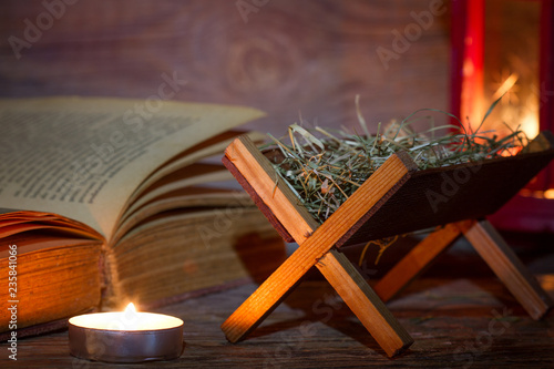 Photo  Manger nativity scene lantern and bible in night abstract christmas background