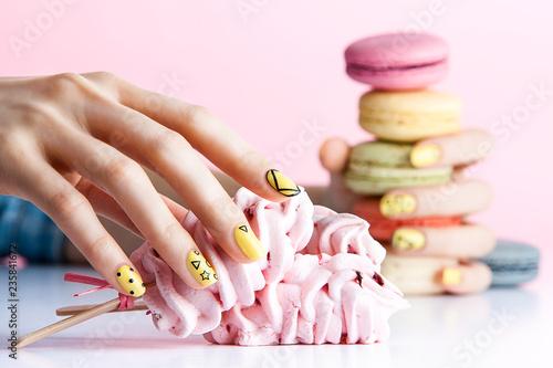 Fotografía a woman's nail, designed with nail art