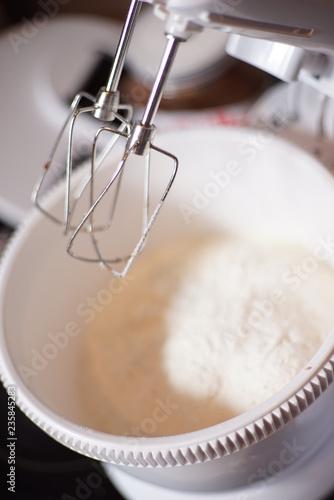Fotografia  Mit dem Mixer Zutaten mischen