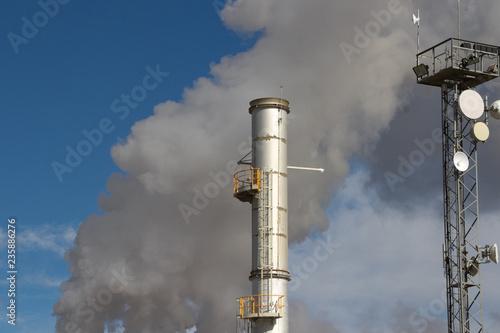 Fotografía  Chimenea y antena con humo gris