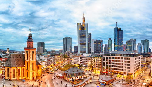 Keuken foto achterwand Europese Plekken Frankfurt, Germany - November, 2018: View to skyline of Frankfurt during sunset. St. Catherine's Church and the Hauptwache Main Guard building with famous Frankfurt skyscrapers.