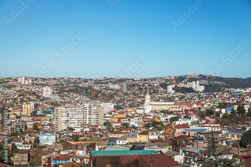 Fotografija Aerial view of Valparaiso and Las Carmelitas church from Plaza Bismarck at Cerro