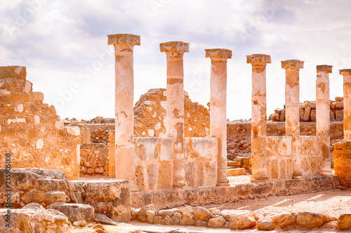 Fotografia  Ancient ruins with columns.
