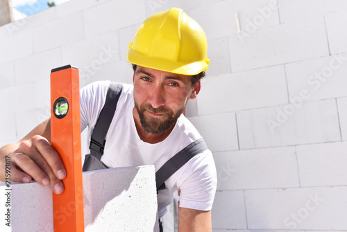 Fotografía profession construction worker - work on a building site construction of a resid
