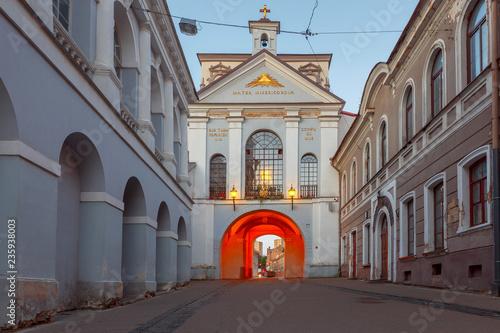 Papiers peints Con. ancienne Vilnius. Old city gate at dawn.