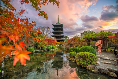 Naklejka premium Toji świątynia i drewniana pagoda w jesieni Kyoto, Japonia