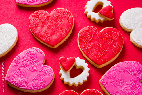 Photo  Heart-shaped cookies for Valentine's Day on red background