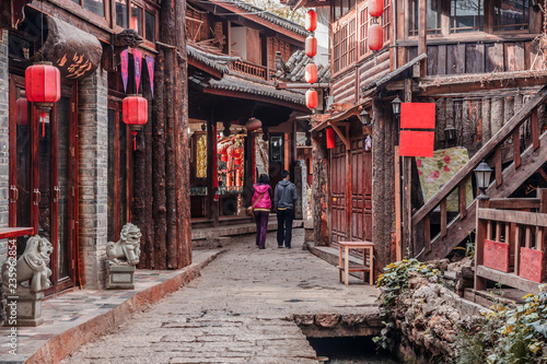 Fotografia  On the street of ancient town Shuhe, Lijiang, UNESCO World Heritage Site