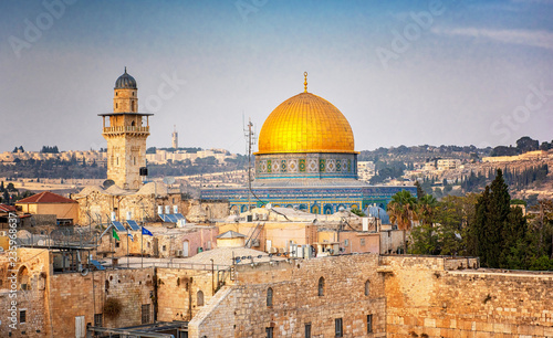 Stampa su Tela The Temple Mount - Western Wall and the golden Dome of the Rock mosque in the ol