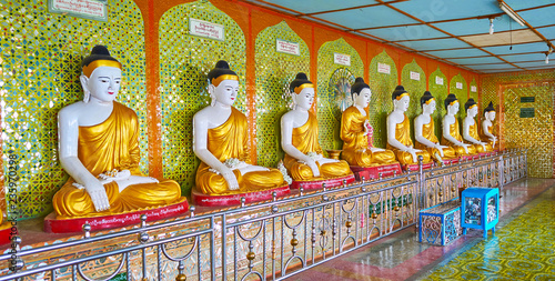 Foto op Canvas Asia land SAGAING, MYANMAR - FEBRUARY 21, 2018: The line of Buddha Images in Image House of U Min Thonze Temple, the wall is decorated with fine mirror patterns, on February 21 in Sagaing