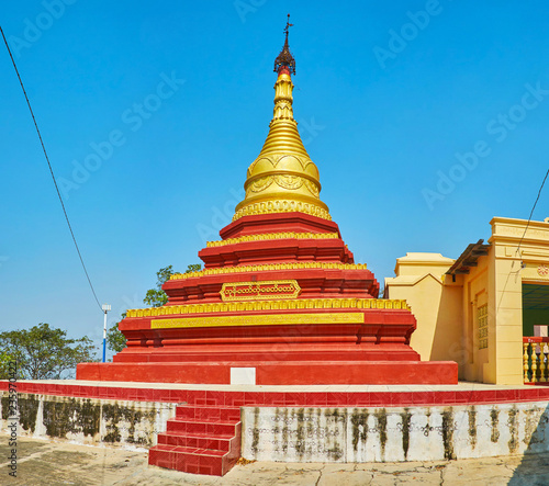 Foto op Canvas Asia land The beautiful relief pagoda of U Min Thonze Temple with red and gilt belts and old hti umbrella on the top, Sagaing, Myanmar.