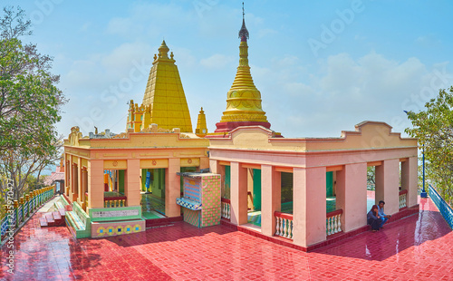 Foto op Canvas Asia land SAGAING, MYANMAR - FEBRUARY 21, 2018: Panorama of the pagoda of U Min Thonze Caves site with covered pavilions and golden stupa, decorated with carved patterns, on February 21 in Sagaing