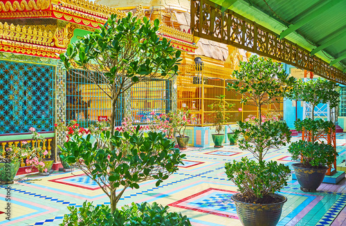 Foto op Canvas Asia land SAGAING, MYANMAR - FEBRUARY 21, 2018: The courtyard of Soon Oo Ponya Shin Paya (Summit Pagoda) is decorated with green plants and bright flowers in pots, on February 21 in Sagaing