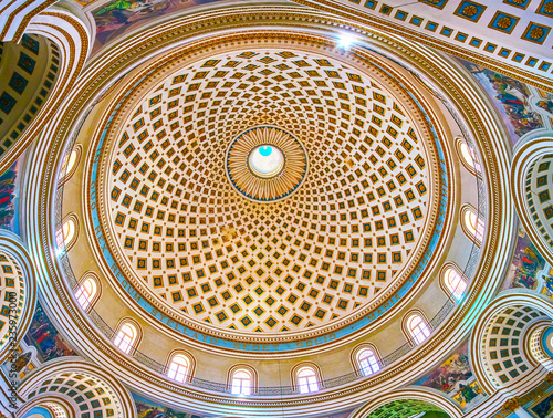 Fotografia MOSTA, MALTA - JUNE 14, 2018: The dome of Basilica of the Assumption of Our Lady, also famous as Rotunda, on June 14 in Mosta