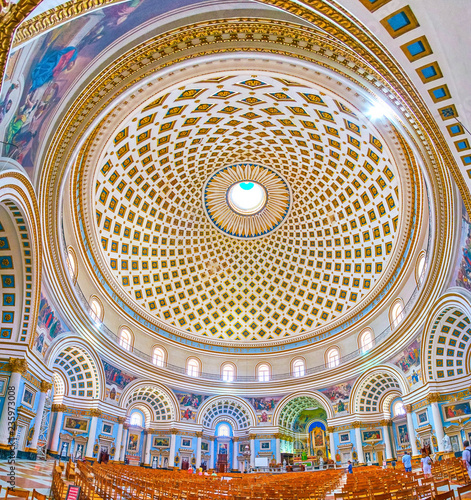 MOSTA, MALTA - JUNE 14, 2018: Interior of huge Basilica of the Assumption of Our Lady (Rotunda) with richly decorated arched niches, beautiful altar and impressive dome, on June 14 in Mosta Fototapet