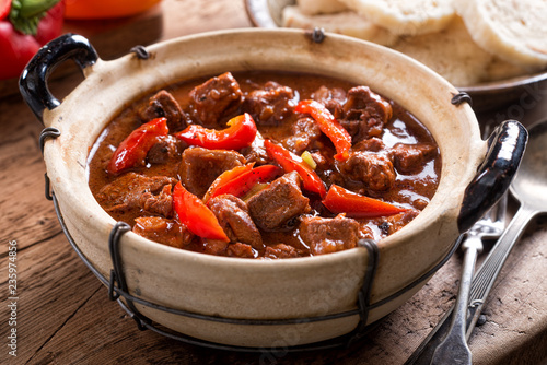 Foto Hungarian Goulash with Bread Dumplings
