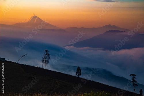 Photo Meravigliosa alba in Machinguì, con vista dei vulcani Cayambe, Cotopaxi e Pichincha