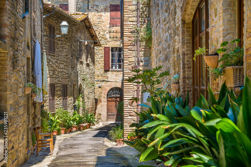 Fototapeten Schmale Gasse Bettona, picturesque village in the Province of Perugia. Umbria, central Italy.