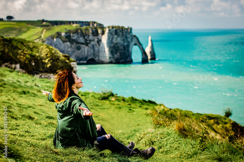 Fotografía photo of beautiful young woman relaxing and looking at the splendid Etretat