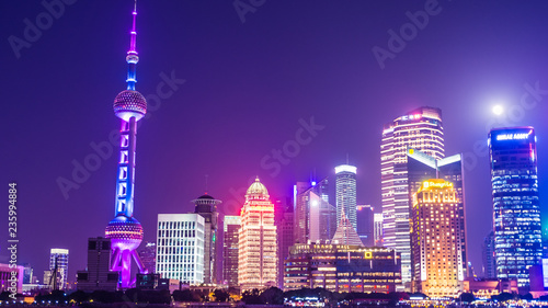 Foto auf AluDibond Shanghai SHANGHAI, CHINA, 29 DECEMBER 2017: Modern skyline of Pudong business district and the Huangpu river with the moon