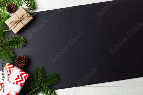 Weihnachten Hintergrund mit Geschenken, Papier und Tannenzweigen Wallpaper Mural
