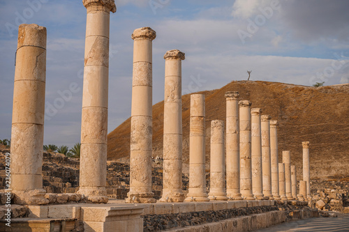 Photo Ruins of the roman period in Beit She'An in Galilee in Israel, the hill on the b