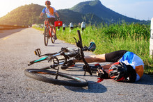 Accident Clashed On Young Woman Bicyclist In Hurt And Injured At Knee After Accident Clashed, With Comming Help Of The Bicyclemate Rust Immediately To See Happening With Firstaid Kit