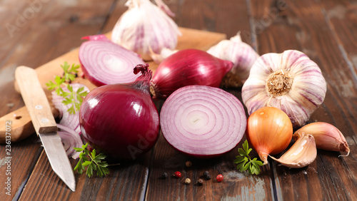 fresh red onion, garlic on wood background Fototapete