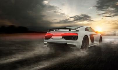 schneller Sportwagen rast über nasse Straße