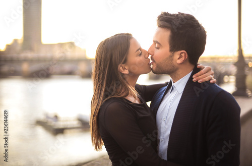 Fotografia  Lovely couple kissing in the street