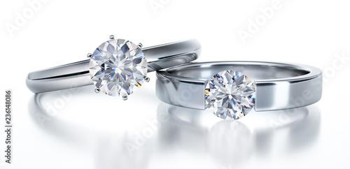 Fototapeta  2 Solitär-Diamantringe liegend auf Weiß