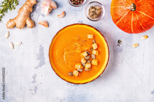 Fotografía  Pumpkin and carrot soup served with seeds.