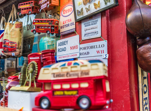 Foto auf AluDibond London roten bus A view at Portobello Road Market