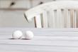 Zwei Eier liegen auf einem hellen Tisch, Landhaus-Stil