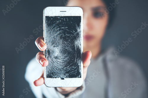 Foto woman hand broken phone