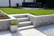 canvas print picture - Gepflegter Ziergarten mit Granitmauer und Blockstufentreppe