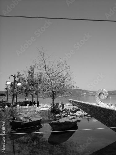 Foto op Aluminium Poort Kitschig verzierte Spitze eines Restaurantschiffs am Ufer des Sapanca Gölü bei Adapazari im Sommer in der Provinz Sakarya in der Türkei, fotografiert in neorealistischem Schwarzweiß