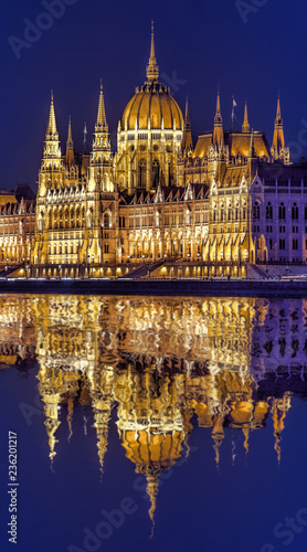Leinwand Poster Parliament building of Budapest above Danube river in Hungary at night